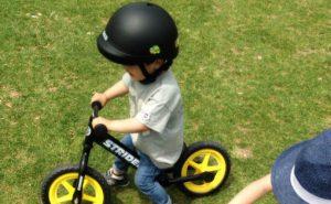 自転車に乗った子ども