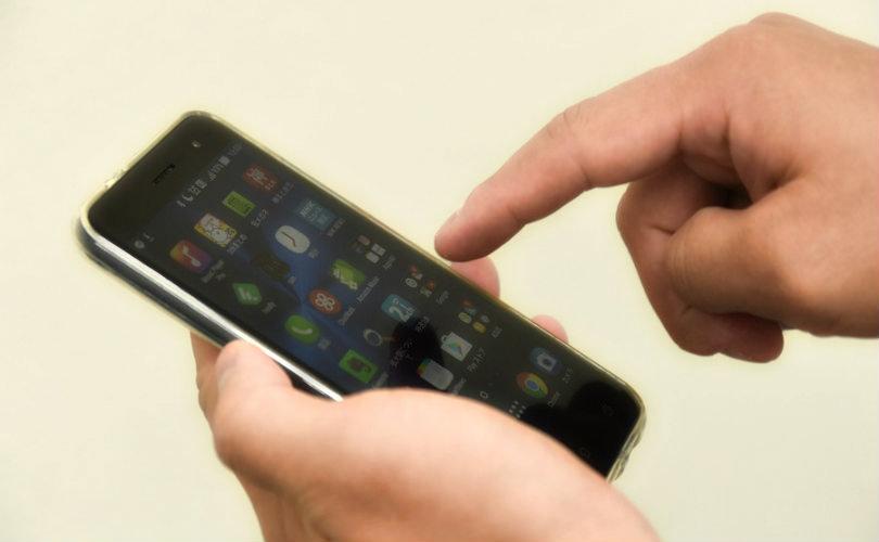 携帯を触る手